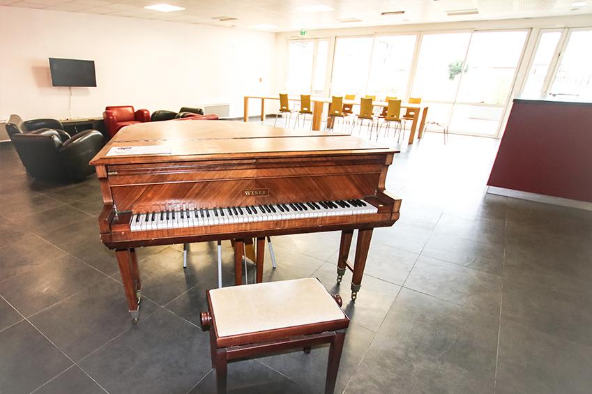 Espace commun de la résidence lasalle et son piano pour les étudiants de Beauvais