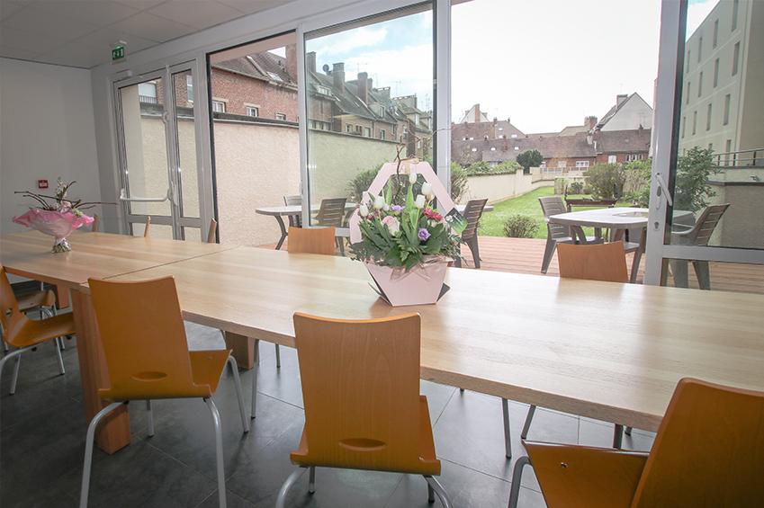 Vue sur terrasse et jardin depuis la salle commune, logements étudiants Lasalle, Beauvais
