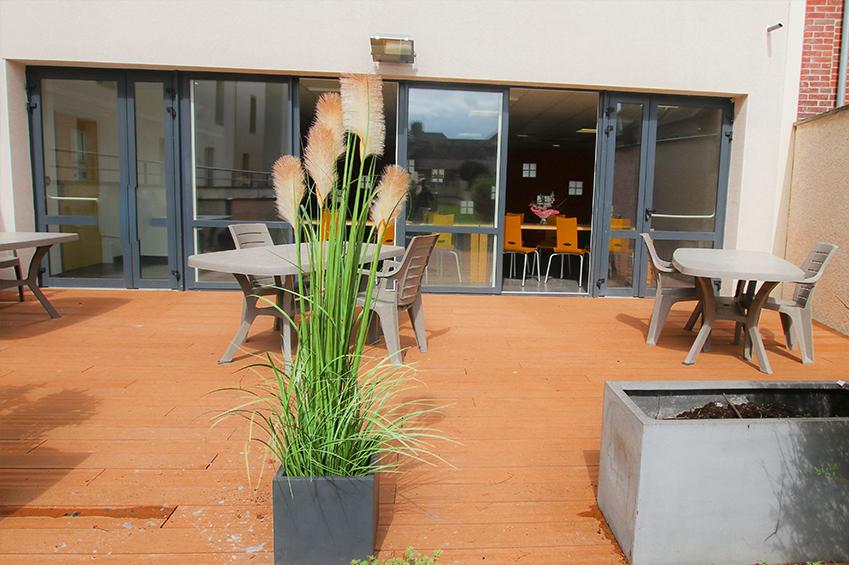 La terrasse : coin détente pour les étudiants de la résidence la salle de Beauvais